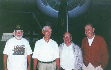 """Die 1995 noch lebenden Besatzungsmitglieder der """"Do Bunny"""" im Air-Force Museum in Dayton vor einer B-24 (mit Me 262 im Hintergrund) am 11. Oktober 1995. Von links: Herman Engel, Paul Jones, Charles Blaney und James Mucha."""