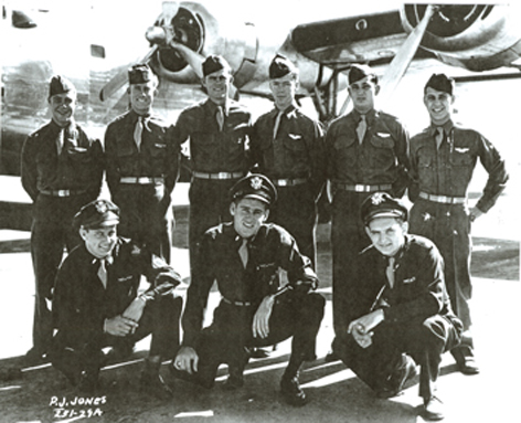 Crew der B24, v.l. Lt. Paul P. Jones, v.r. Navigator Hermann Engel