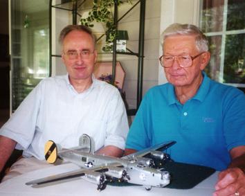 Gerhard Bracke und Paul Jones mit Modell der B24