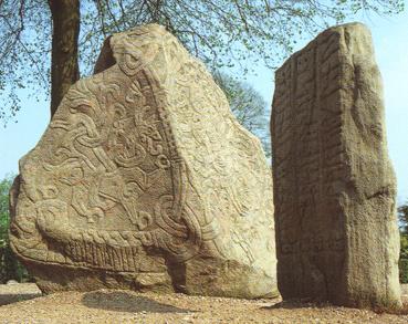 beide Runensteine in Jelling