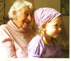 Urgroßmutter und Kind lauschen der Märchenerzählerin